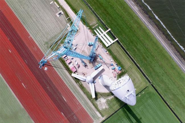 Een windmolen in aanbouw. Foto: Jelte van der Meer