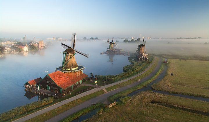 Windmolens op de Zaanse Schans bij ochtendmist