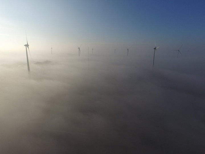 Windmolens in de mist